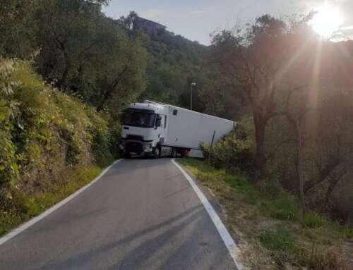 Leivi: il Tir incastrato fino a lunedì perché è dovuto uscire dall'autostrada!