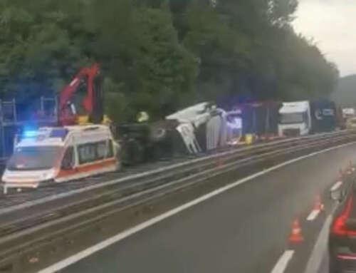 Autostrada A7 chiusa: TIR ribaltato nel tratto tra Vignole e Serravalle [VIDEO]