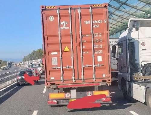 """Protesta camionisti contro greenpass: in autostrada a 30km/h! Liguri gridano al miracolo: """"di solito si va molto più piano!"""""""